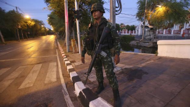 Ein Soldat steht vor dem «Marble Temple» in Bangkok.