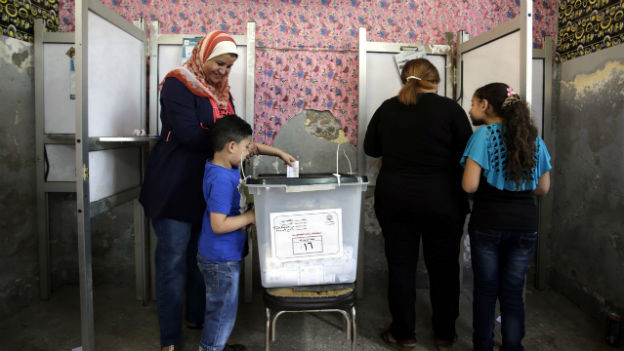Ägypterinnen mit Kindern bei der Stimmabgabe für das Präsidentenamt.