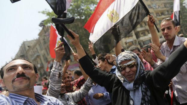 Menschen in Kairo feiern den Wahlsieg von General al-Sisi.