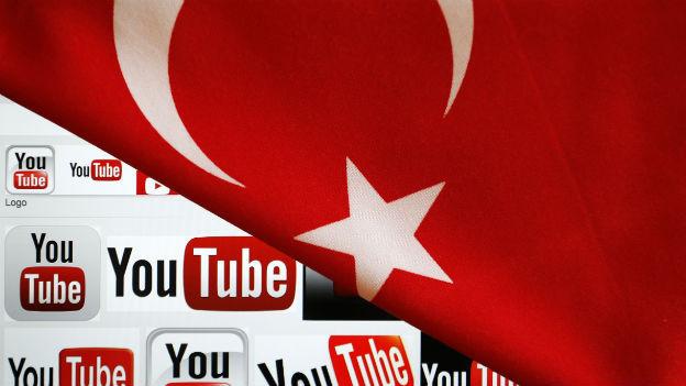 Youtube Logos auf einem Bildschirm werden teilweise überdeckt von einer Türkischen Flagge.
