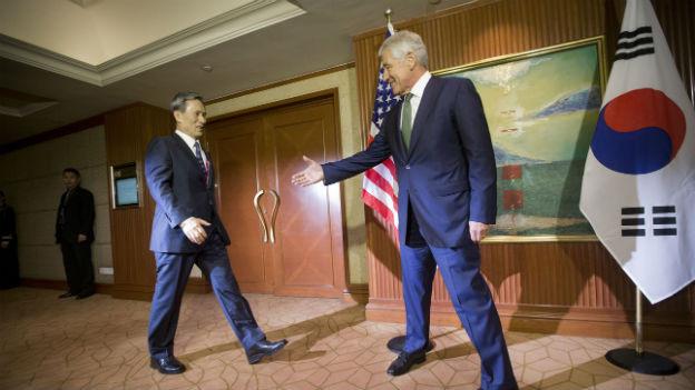 US-Verteidigungsminister Hagel (r.) mit seinem südkoreanischen Amtskollegen Kim Kwan-jin in Singapur.