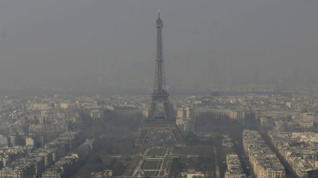 Wegen Smog: Eiffelturm in Paris fast nicht zu sehen.