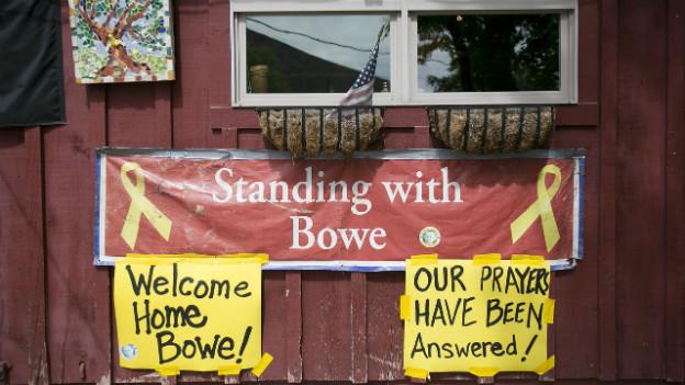 Mehrere Schilder zeigen die Freude der Angehörigen des US-Soldaten Bowe Bergdahl.
