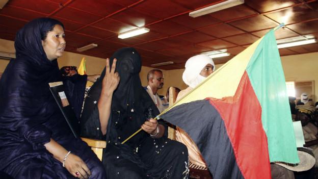Frauen in Kidal mit der Flagge der Aufständischen.