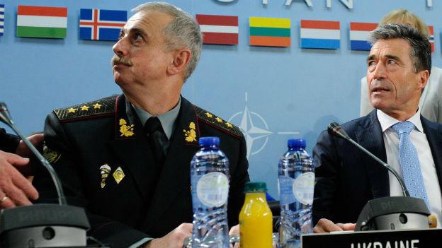Der ukrainische Verteidigungsminister Mykhail Koval an der Seite von Nato-Generalsekretär Anders Fogh Rasmussen in Brüssel am 3. Juni 2014.
