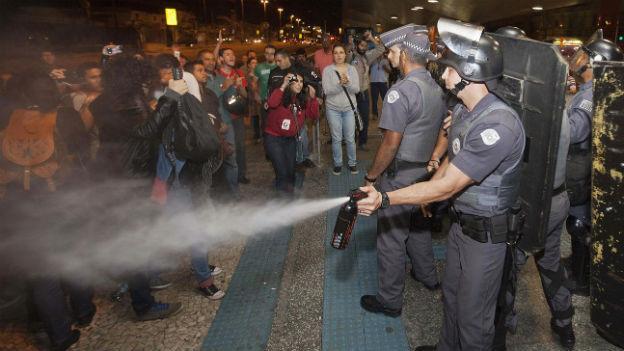 Auseinandersetzungen zwischen Polizei und Streikenden in Sao Paulo am 9. Juni 2014.
