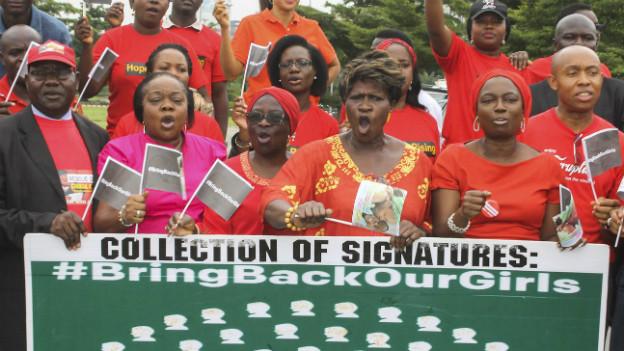 Mitglieder der nigerianischen «Human RIghts Comission» protestieren mit einem Plakat gegen Boko Haram.