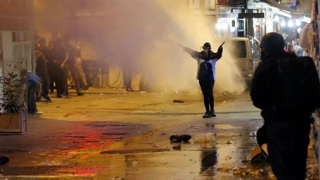 Ein Demonstrant stellt sich in der Türkei bei Protesten einem Wasserwerfer in den Weg.
