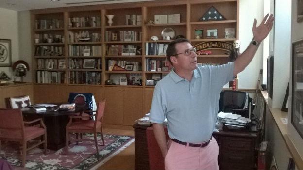 US-Veteran John Nagl steht in seinem Büro, an den Wänden unzählige Bücher in Regalen.