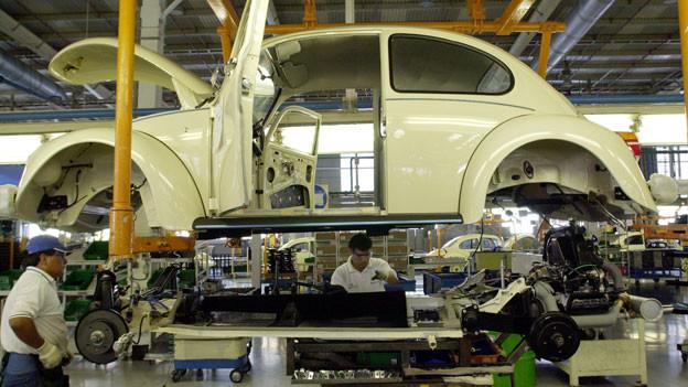 Arbeiter bauen in einer mexikanischen Fabrik Autos zusammen.