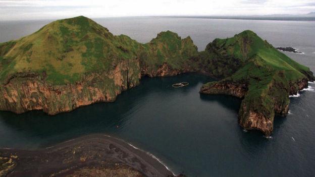 Karge grüne Inselgruppe mit Steilküsten