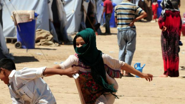 Zwei Kinder spielen in einem Flüchtlingslager nahe Erbil.