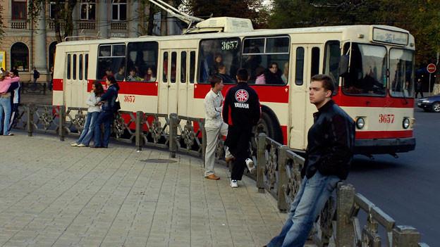 Fussgänger in Chisinau, der Hauptstadt der Republik Moldau.