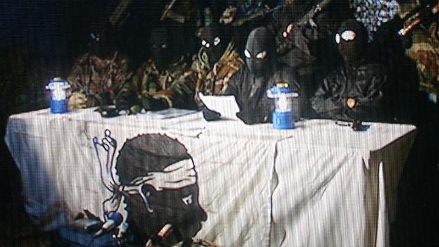Maskierte Mitglieder der korsischen Untergrundbewegung FLNC richten sich an die Öffentlichkeit.