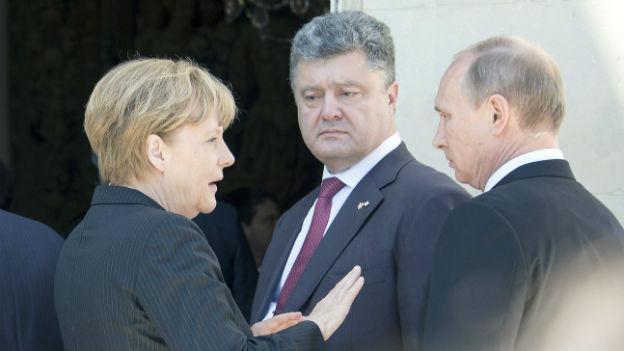 Der ukrainische Präsident Poroschenko (Mitte) will nach Westen.