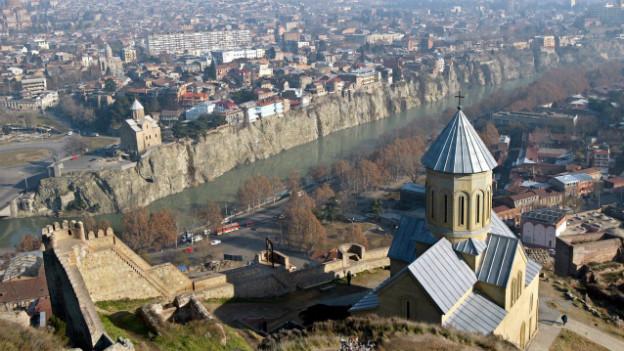 Im Blick: Die Dächer der Altstadt von Tiflis und der Fluss Kura.