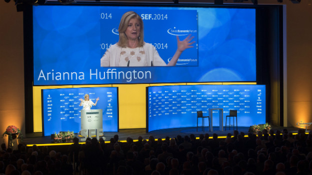 Arianna Huffington steht auf dem Podium des Swiss Economic Forum SEF in Interlaken.