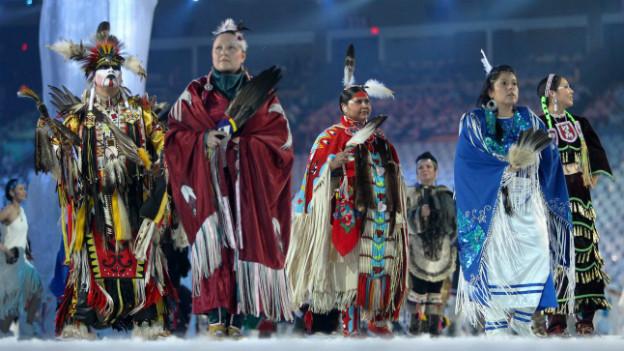 Ureinwohner Kanadas in traditioneller Kleidung bei einer Präsentation anlässlich der Eröffnungsfeier der Olympischen Spiele 2010 in Vancouver.