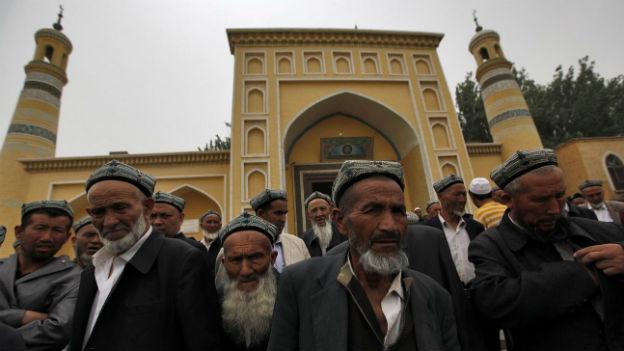 Uiguren vor der Id Kah Moschee in Kashgar am 24. Mai 2013.