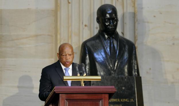 Redner vor Statue Martin Luther Kings in Washington anlässlich der Feiern zu 50 Jahren Civil Rights Act.