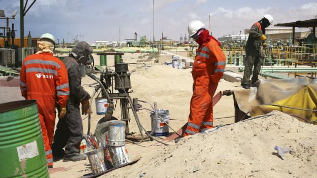 Arbeiter prüfen die Pipelines in Zueitina, westlich von Benghazi.