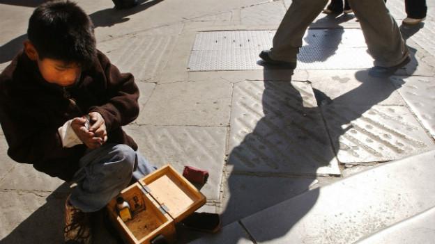 in elfjähriger Junge beim Schuhe putzen in der Stadt bolivianischen La Paz.