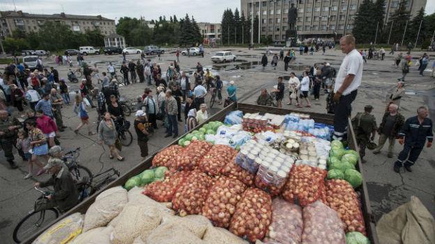 Slawjansk: Einwohner warten auf die Verteilung von Lebensmitteln (6. Juli 2014).