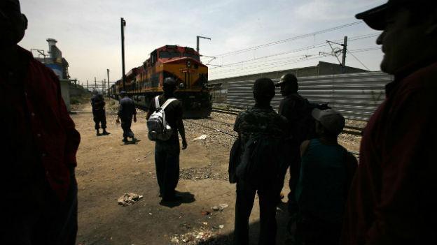 Junge Migranten aus Zentralamerika warten in Mexiko auf einen Zug in Richtung USA.