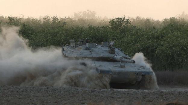 Ein israelischer Panzer bezieht im Süden Israels Stellung.