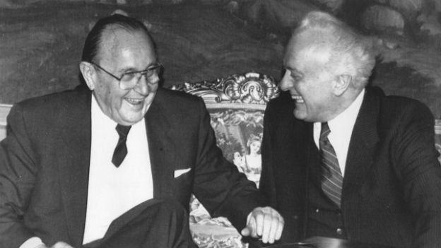Hans Dietrich Genscher (links) und Eduard Schewardnadse am 5. Dezember 1989 in Moskau.