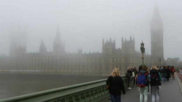 Das britische Parlamentsgebäude in London im Nebel.