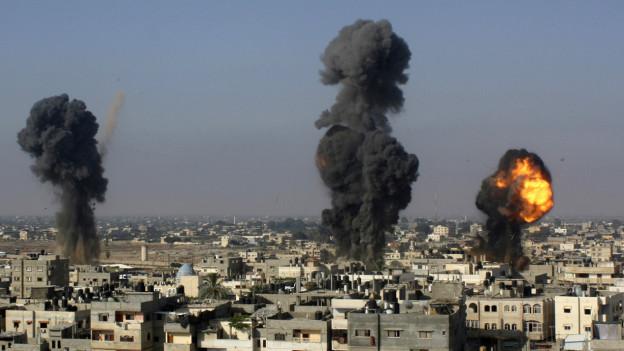 Im Gazastreifen schlagen Bomben der israelischen Armee ein.