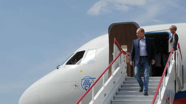 Russlands Präsident Putin steigt auf einem Flugzeug