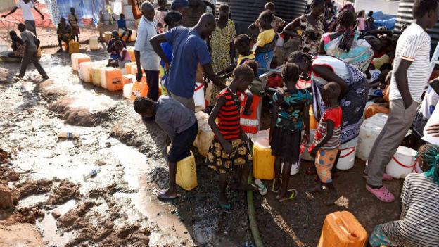 Anstehen für Wasser in einem Camp der UNO in Südsudan.