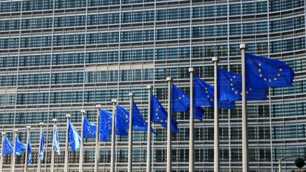 EU-Fahnen vor dem Gebäude der Europäischen Kommission in Brüssel