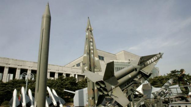 Raketenmodelle aus Nord- und Südkorea in einem Museum in Seoul.