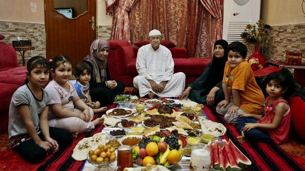 Irakische Familie vor dem Fastenbrechen in der Stadt Basra.
