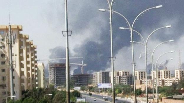 Rauchschwaden über dem Flughafen von Tripolis