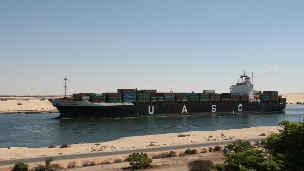 Ein riesiges Container-Schiff durchquert den Suezkanal.