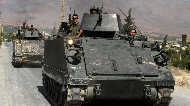 Zwei Panzer der libanesischen Armee hintereinander auf einer Strasse
