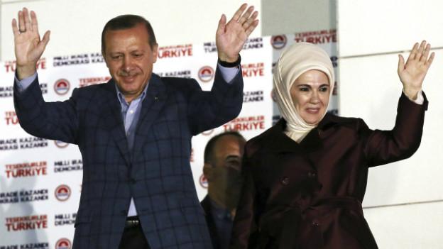 Der strahlende Sieger Recep Erdogan winkend auf der Bühne mit seiner Frau Emine.