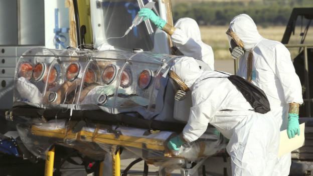 Ein Ebola-Patient wird nach Spanien transportiert. Er starb trotz Einnahme des neuen, ungetesteten Medikaments.