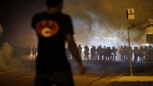 Mittwoch Nacht gerieten in Ferguson Demonstranten und Polizisten aneinander.