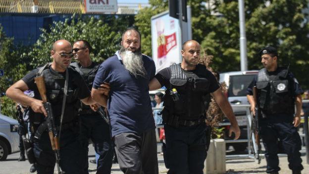 Einer der festgenommenen Männer am Donnerstag in Prishtina.