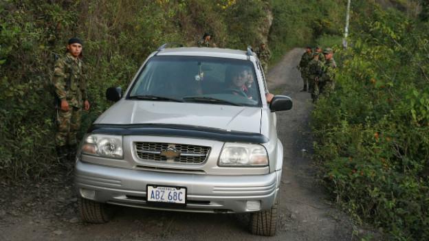 Venezuelanische Soldaten kontrollieren ein Auto an der Grenze (Archivbild).