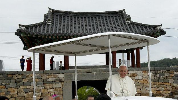 Der Papst unterwegs im Papa-Mobil in Südkorea.