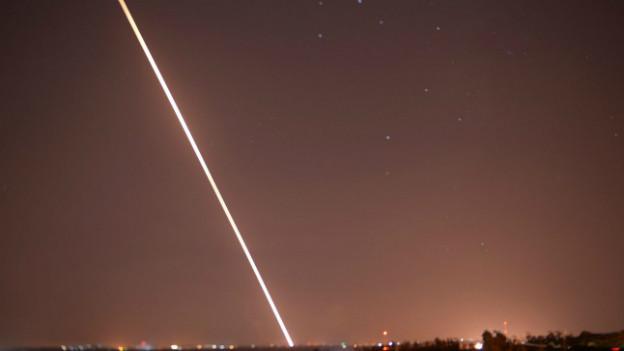 Eine Rakete erhellt den Himmel über dem Gaza-Streifen am 19.8.2014.