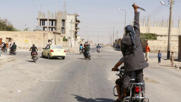 Anhänger der Terrormiliz IS auf Motorrädern. Sie bejubeln die Eroberung des Flughafens von Taqba durch die IS am Sonntag.