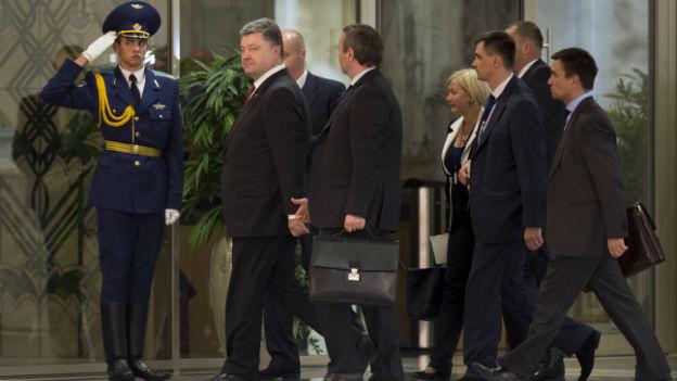 Präsident Petro Poroschenko mit Beratern nach seinem Treffen mit dem russischen Präsidenten Putin.