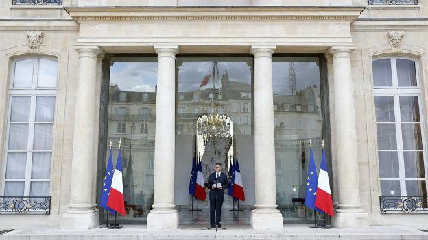 Generalsekretär Jean-Pierre Jouyet verkündet die Namen der neuen Regierungsmitglieder.